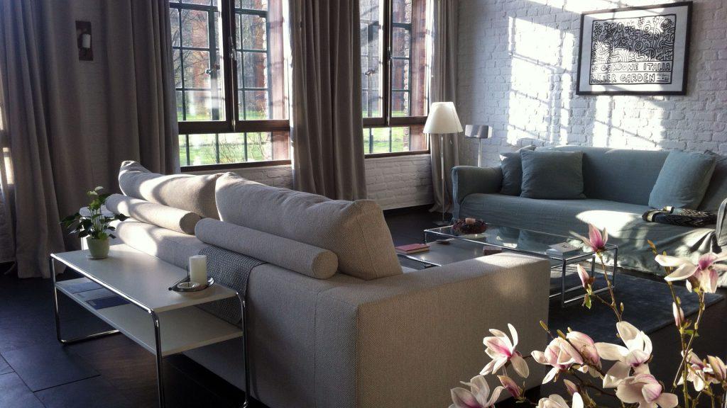 Wohnraum im Obenrüdener Kotten, Blick auf Sitzbereich tagsüber, foto: Lisa Demmer