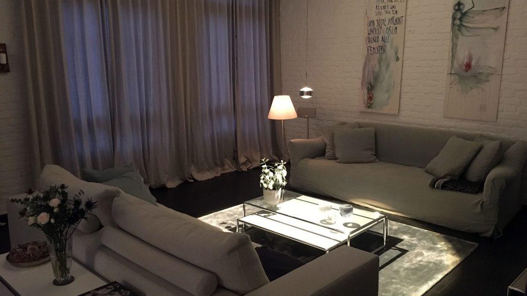 Wohnraum im Obenrüdener Kotten, Blick auf Sitzbereich abends, foto: Lisa Demmer